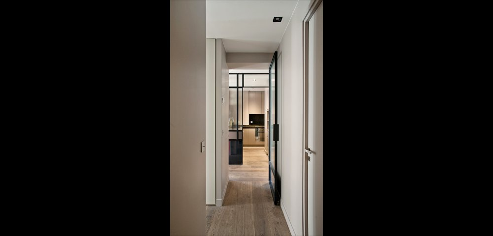 Rénovation d'un appartement design à Paris : couloir